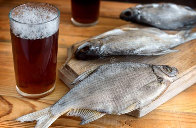 2 стекла пива и высушенных рыб стоковая фотография