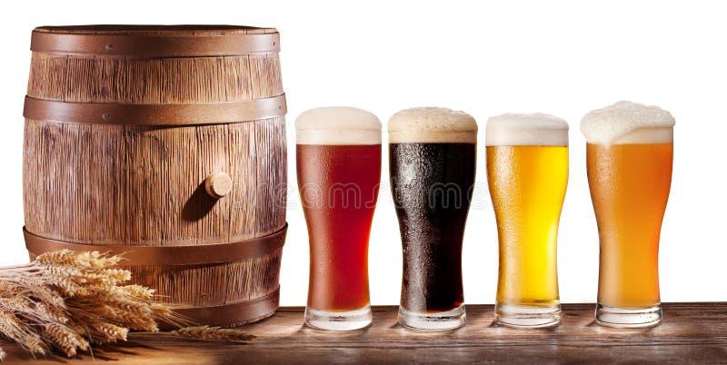 Стекла пива с деревянным бочонком. стоковая фотография rf