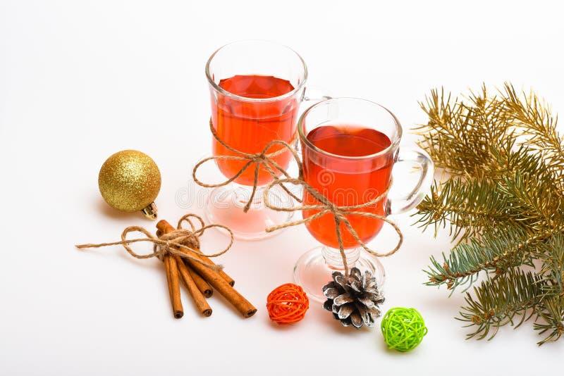 Стекла при обдумыванные вино или сидр связанные с шпагатом, белой предпосылкой Традиционное обдумыванное вино с специями приближа стоковые фото