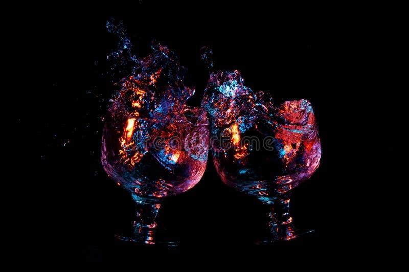 2 стекла провозглашая тост и делая брызгают на черной предпосылке стоковые фотографии rf