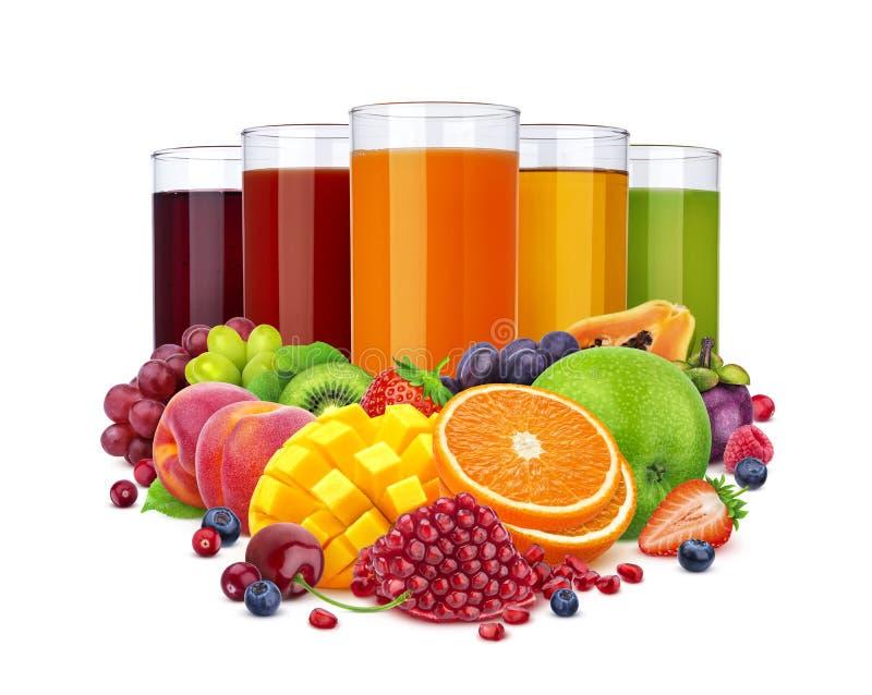Стекла различного сока и куча плодов и ягод изолированных на белой предпосылке стоковая фотография rf