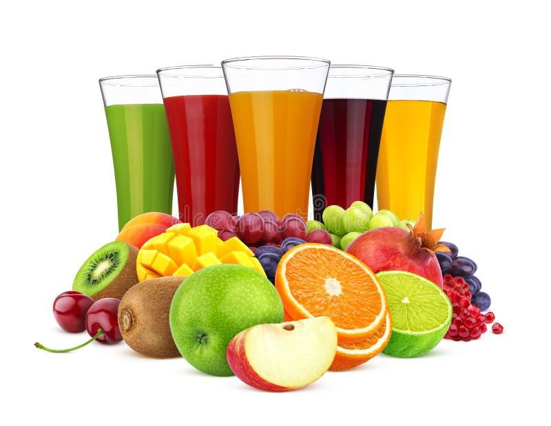 Стекла различного сока и куча плодов и ягод изолированных на белой предпосылке стоковая фотография