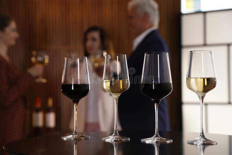 Стекла различных вин на таблице против запачканный стоковая фотография