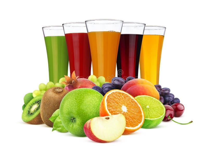 Стекла различных сока, плодов и ягод изолированного на белой предпосылке стоковое фото
