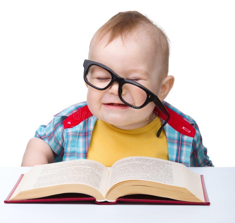 стекла ребенка книги меньшяя игра стоковое фото