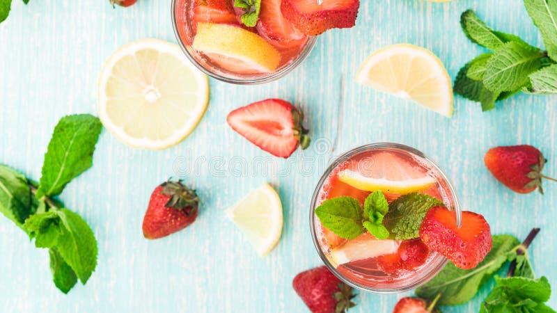 Стекла свежего розового лимонада стоковые фото