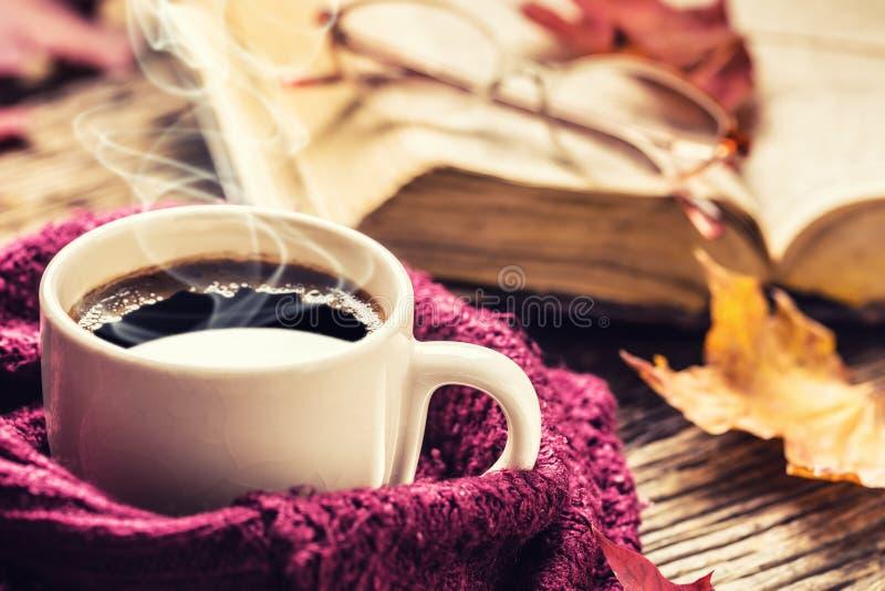 Стекла старой книги чашки кофе и листья осени стоковое изображение