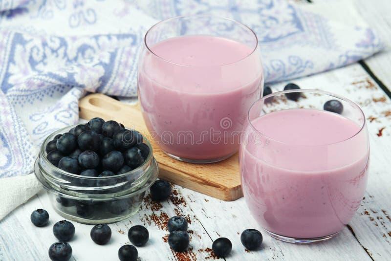 2 стекла с йогуртом голубики стоковое изображение