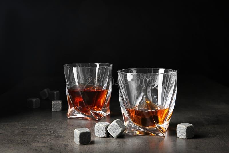 Стекла с камнями ликера и вискиа стоковые изображения