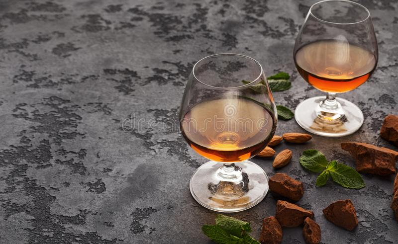 2 стекла с коньяком, камнями вискиа и миндалинами стоковые фотографии rf