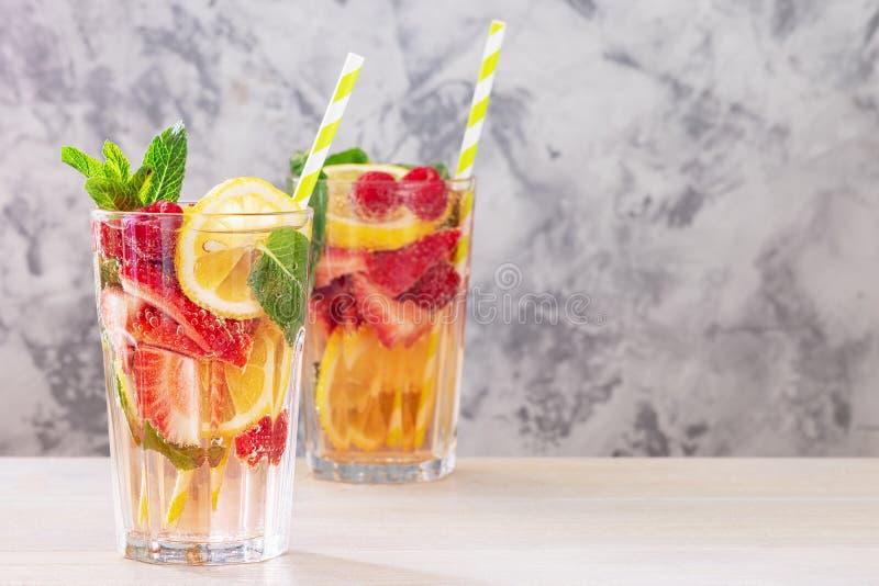 2 стекла с лимонадом от лимона, клубники, поленики и мяты Свежий здоровый напиток Фото с космосом для текста стоковое изображение rf