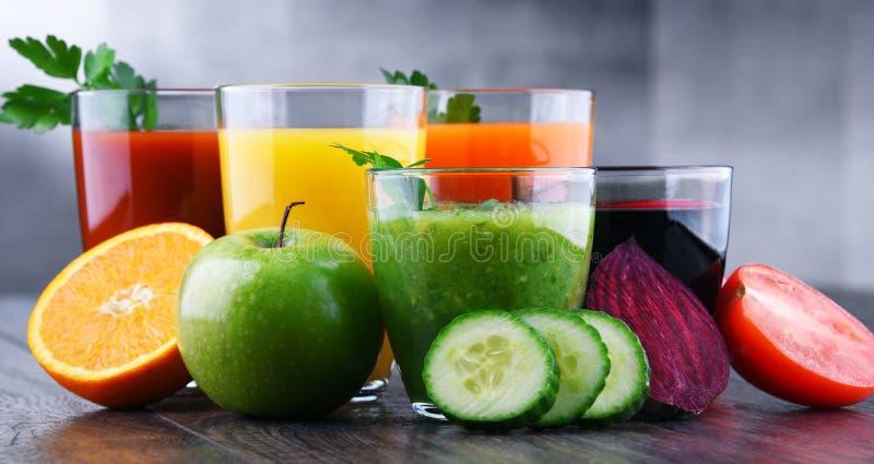 Стекла с свежими органическими овощем и фруктовыми соками стоковые изображения