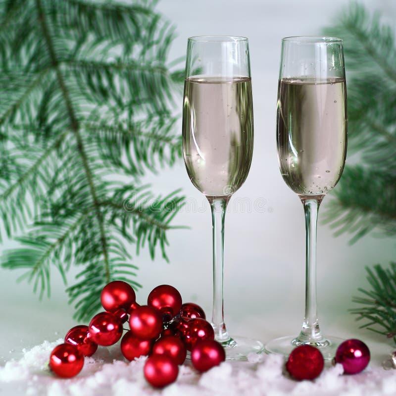2 стекла с шампанским, и коробками с подарками на рождестве b стоковое изображение rf