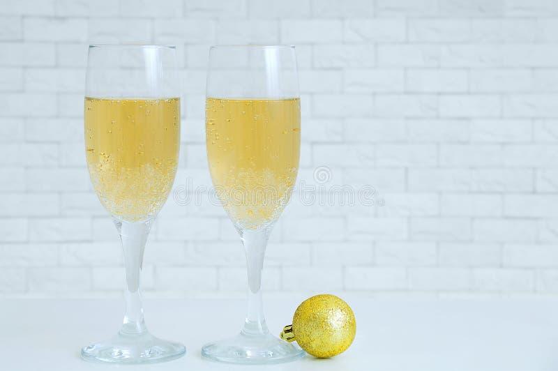 2 стекла с шампанским и шариком рождества золотым стоковая фотография rf