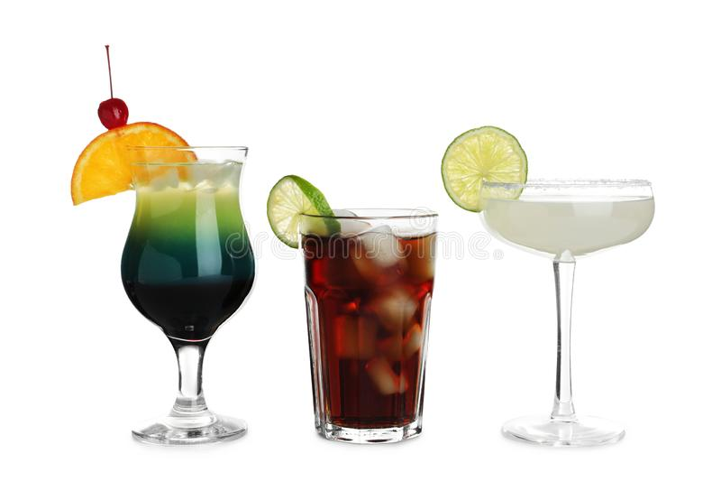 Стекла традиционных спиртных коктейлей на белизне стоковые фото
