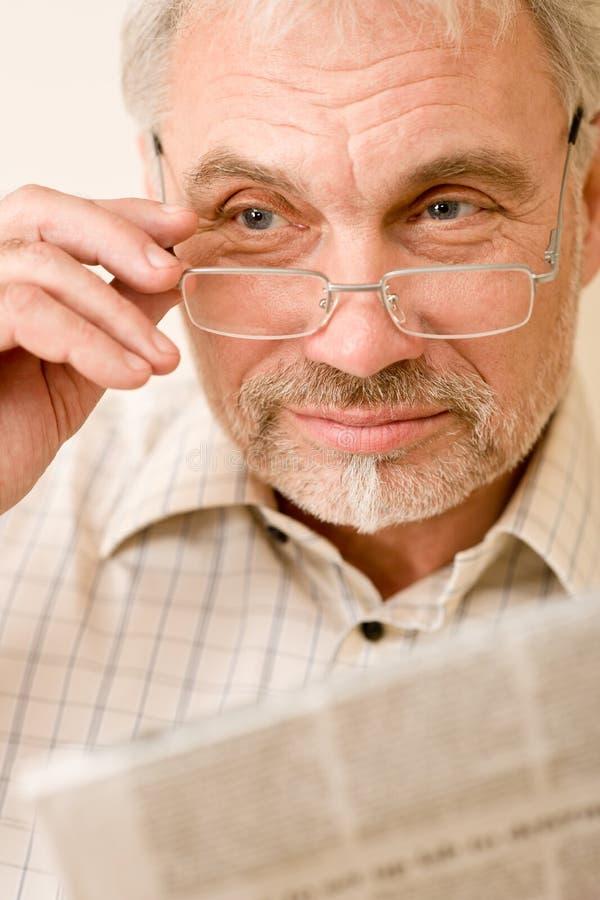 Download стекла укомплектовывают личным составом возмужалый старший газеты Стоковое Изображение - изображение насчитывающей старо, мужчина: 18376689