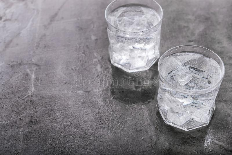 Стекла холодной воды на серой таблице стоковое изображение rf