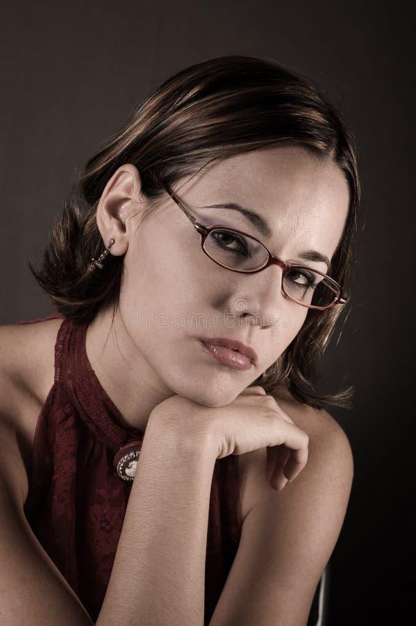 стекла читая женщину стоковая фотография