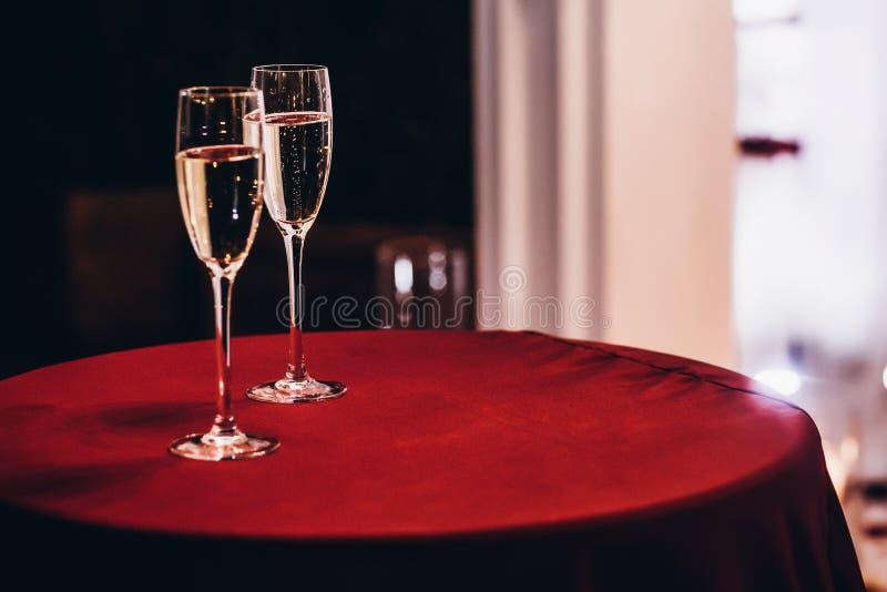 Стекла Шампани на красной таблице на recep свадебной церемонии вечера стоковые фото