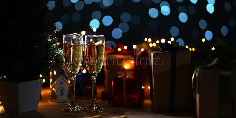 2 стекла Шампани около рождественской елки и рождества Prese стоковые фото