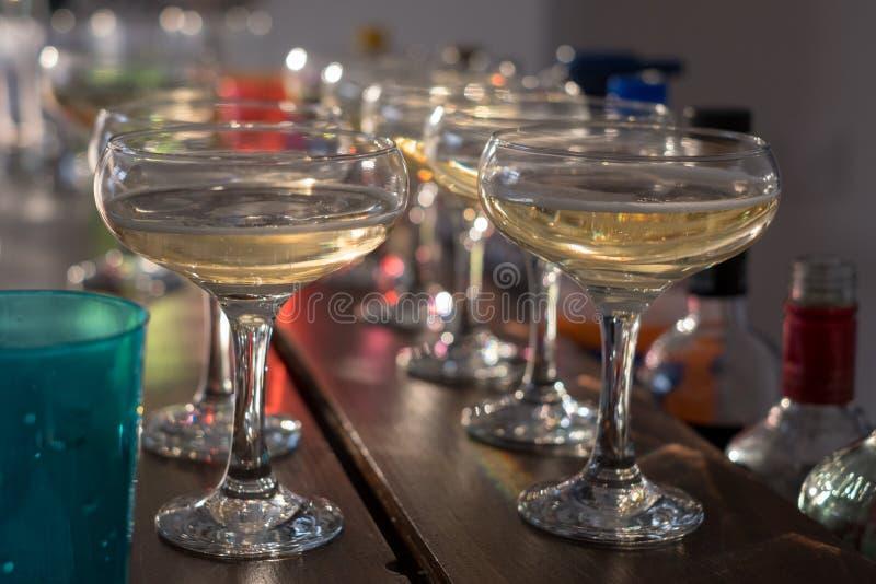 Стекла шампанского выровнянные вверх на баре стоковое фото rf