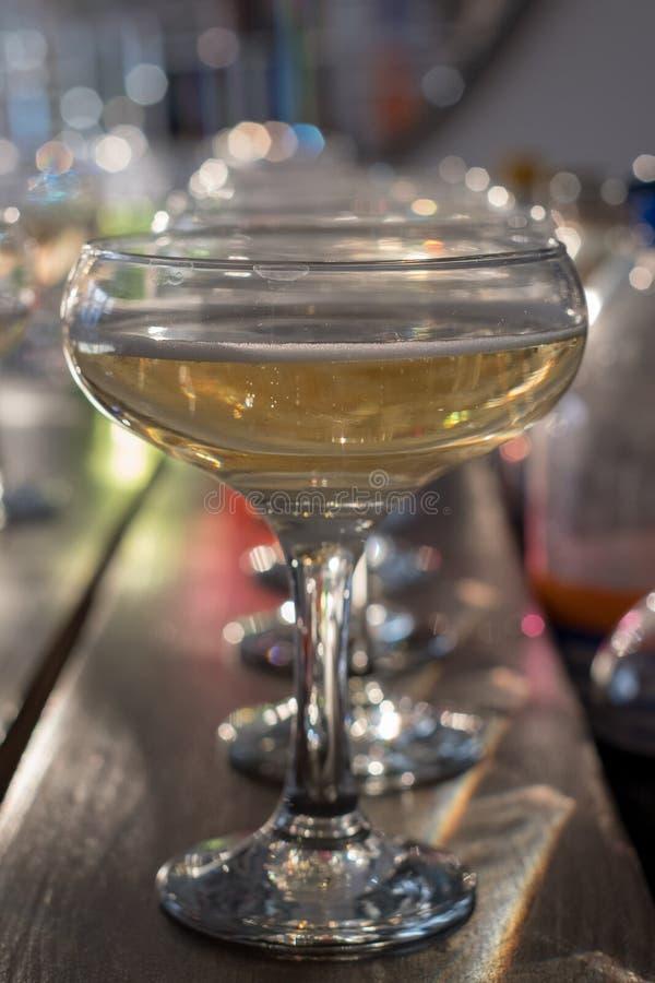 Стекла шампанского выровнянные вверх на баре стоковое изображение rf
