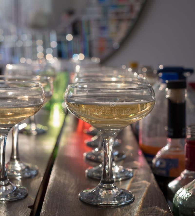 Стекла шампанского выровнянные вверх на баре стоковые фото