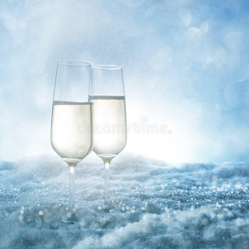 2 стекла шампанского в снеге стоковое изображение