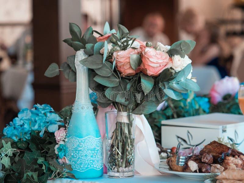 2 стекла шампанского на предпосылке букета свадьбы розовых роз Мягкий фокус, выборочный фокус стоковое фото