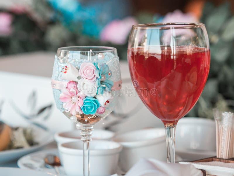 2 стекла шампанского на предпосылке букета свадьбы розовых роз Мягкий фокус, выборочный фокус стоковые изображения