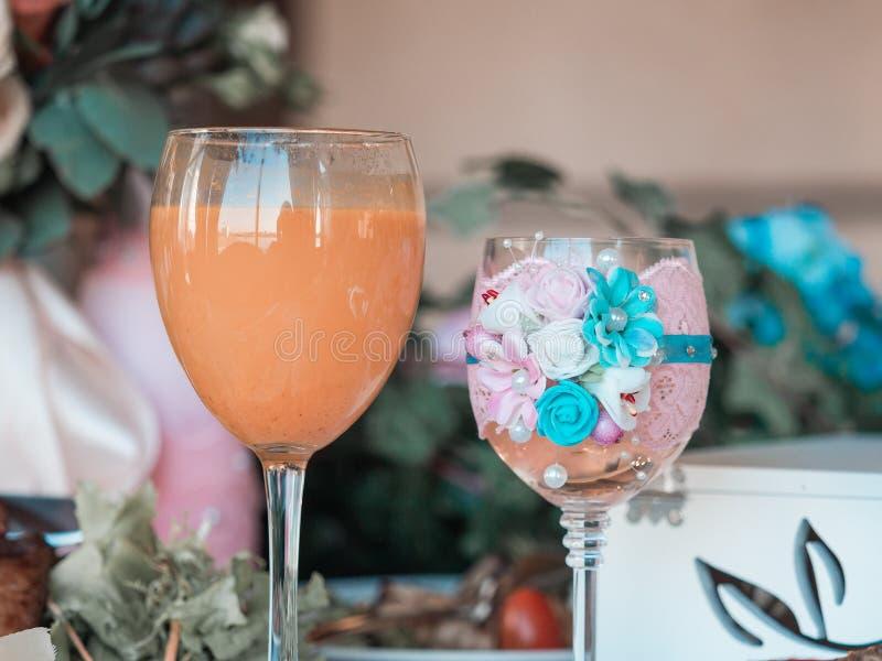 2 стекла шампанского на предпосылке букета свадьбы розовых роз Мягкий фокус, выборочный фокус стоковое фото rf