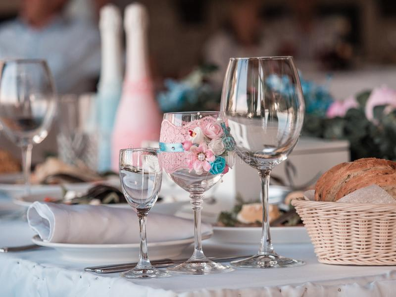 2 стекла шампанского на предпосылке букета свадьбы роз стоковая фотография rf