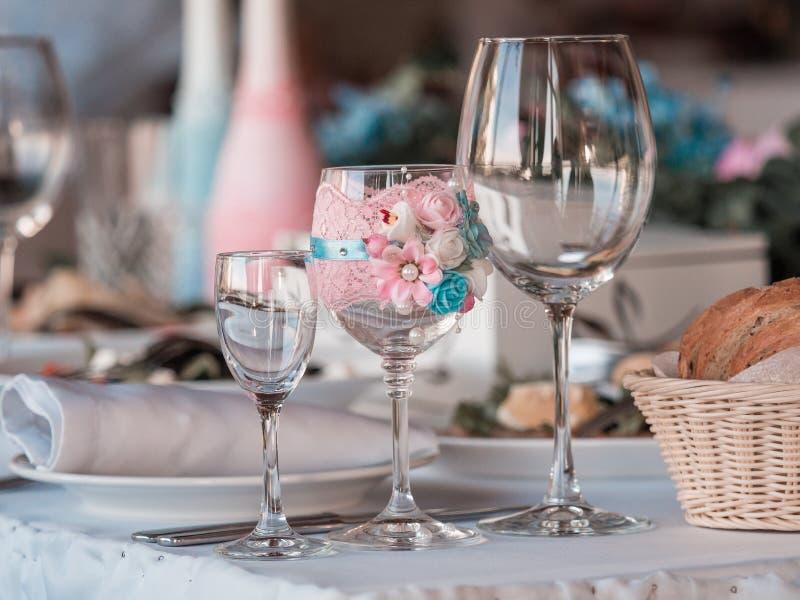 2 стекла шампанского на предпосылке букета свадьбы роз стоковые изображения rf