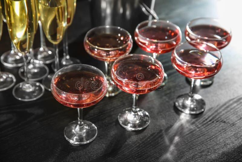 Стекла шампанского на таблице на партии стоковое фото rf