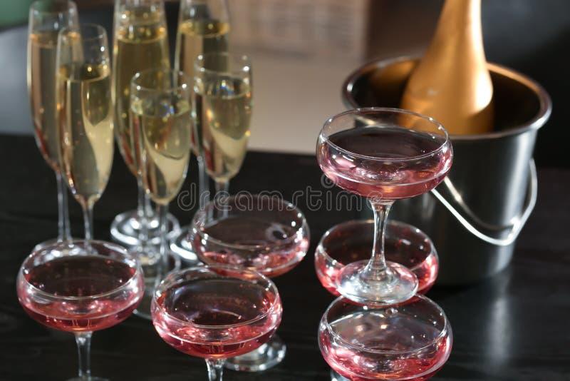Стекла шампанского на таблице на партии стоковые фотографии rf