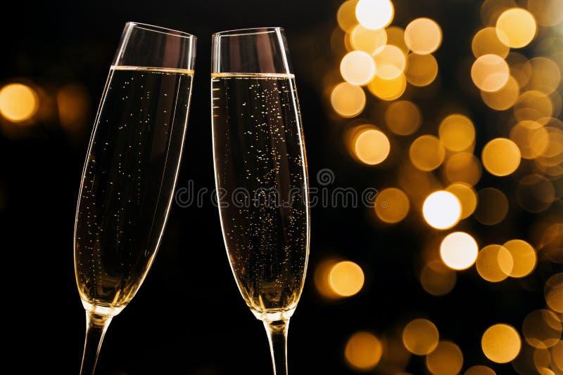 2 стекла шампанского на черной стильной предпосылке место стоковые изображения rf