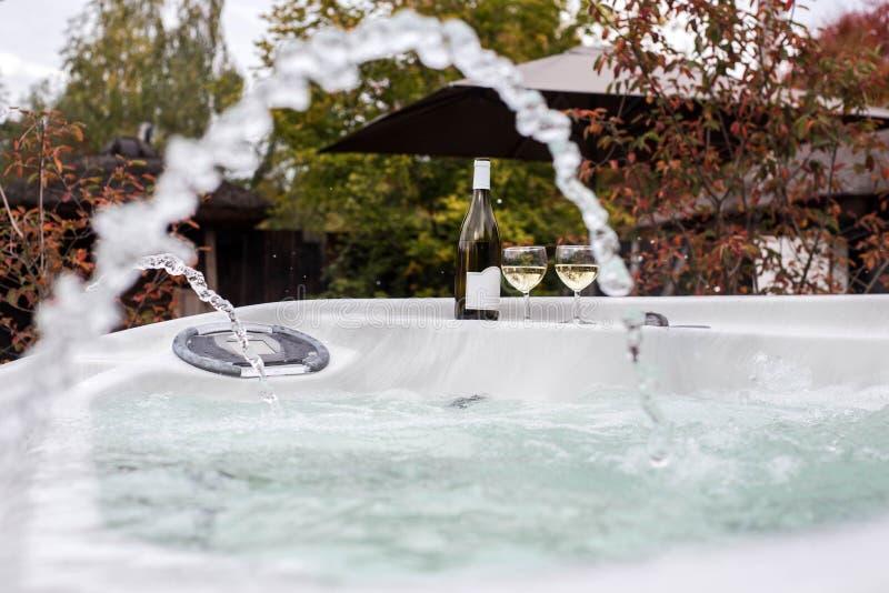 2 стекла шампанского около джакузи на открытом воздухе Романтичное убежище по мере того как предпосылка может valentines использу стоковые изображения rf