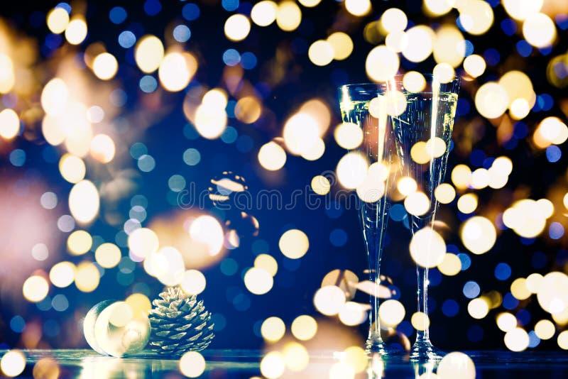 2 стекла шампанского с игрушками рождества Праздничная предпосылка bokeh светов стоковое изображение
