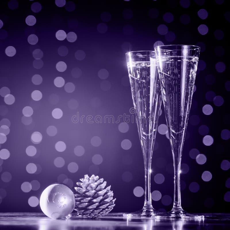 2 стекла шампанского с игрушками рождества Праздничное bok светов стоковые изображения