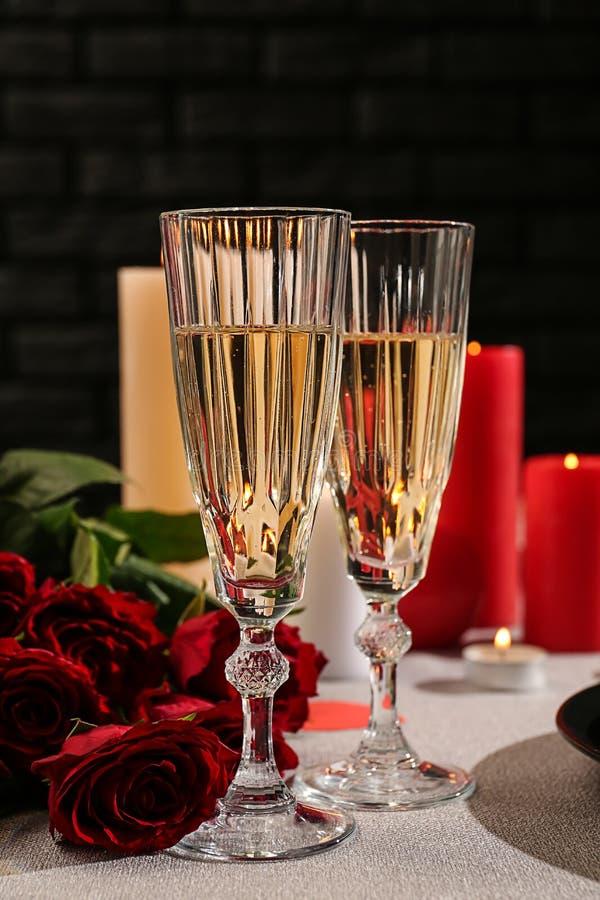 Стекла шампанского с красными розами на праздничной таблице Торжество дня Святого Валентина стоковое изображение rf