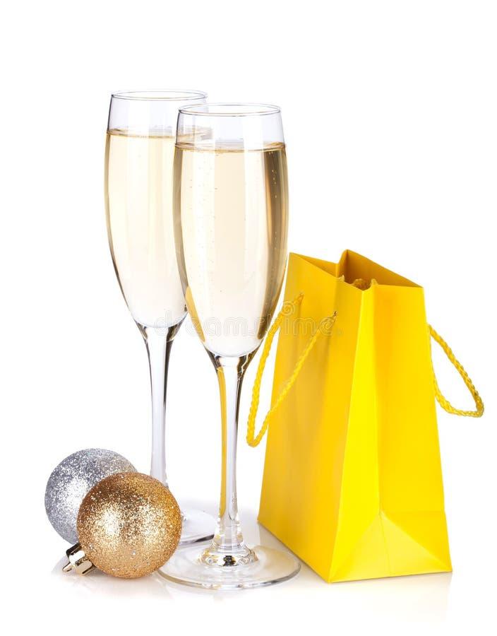 Стекла Шампань, baubles рождества и подарок кладут в мешки стоковая фотография