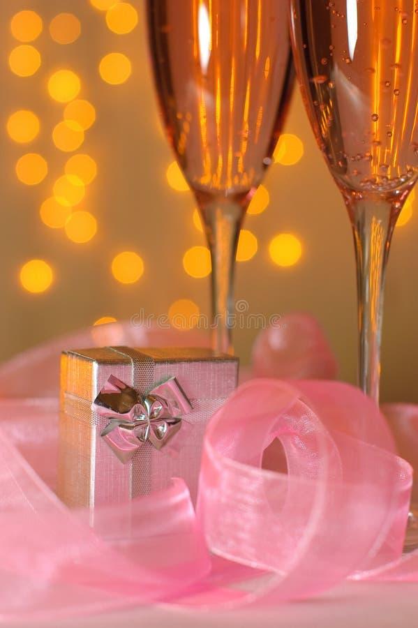 стекла 2 подарка шампанского стоковое изображение