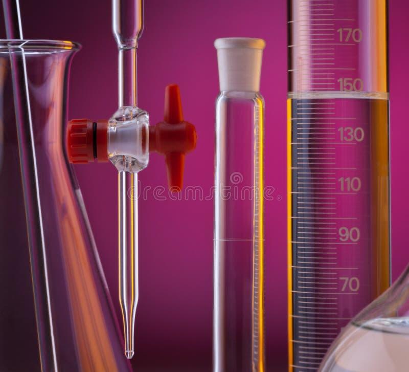 Стеклоизделие лаборатории - химия стоковые фотографии rf