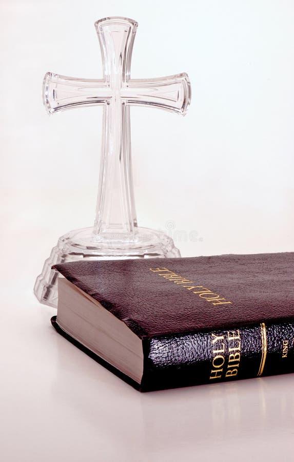стекло библии перекрестное стоковая фотография rf