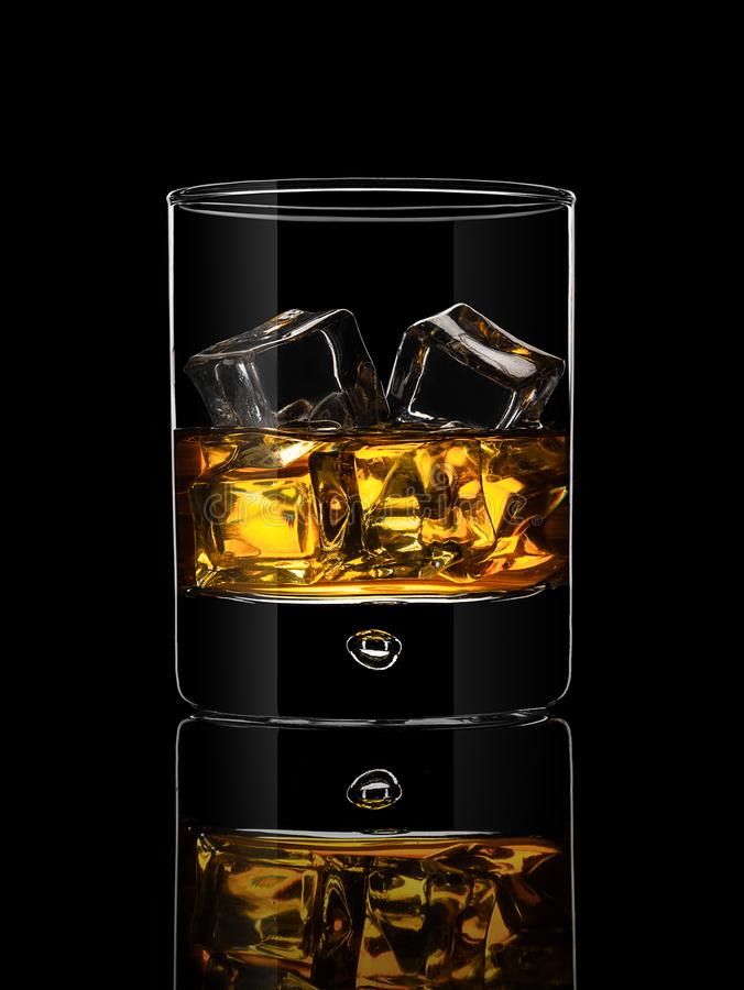 Стекло вискиа на черной предпосылке стоковые изображения
