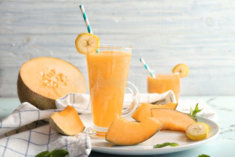 Стекло вкусного smoothie дыни на таблице стоковая фотография