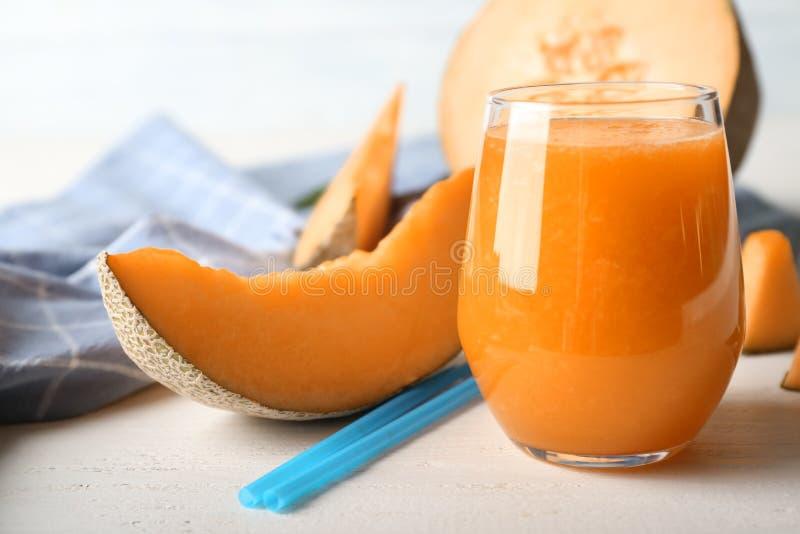 Стекло вкусного smoothie дыни на таблице стоковые фото