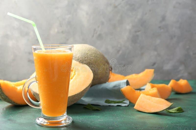 Стекло вкусного smoothie дыни на таблице стоковое изображение