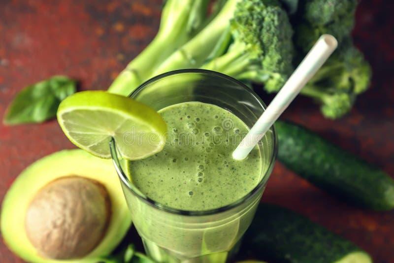 Стекло вкусных зеленых smoothie и ингредиентов на таблице цвета, крупном плане стоковые фото