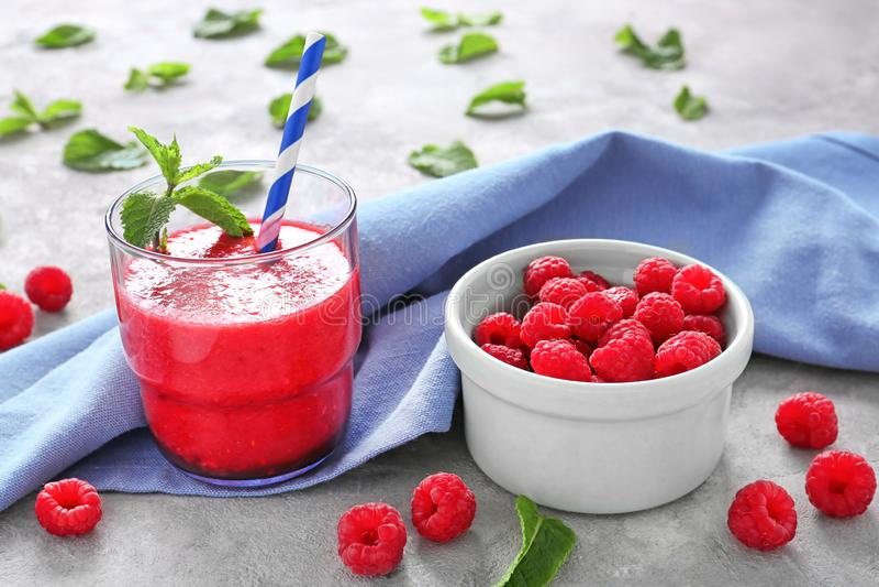 Стекло вкусных smoothie и шара поленики со свежими ягодами на таблице стоковое изображение rf